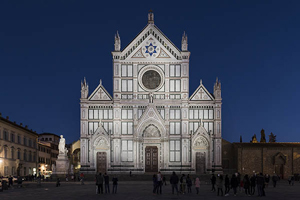 Luz blanca dinámica para la fachada de la basílica de la Santa Cruz.